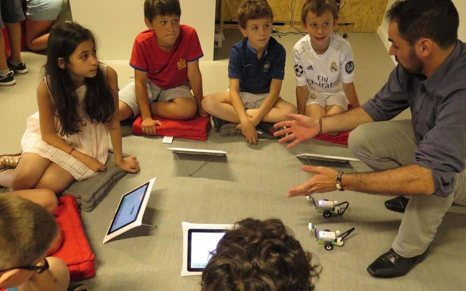 Le Parisien - Neuilly : dans la nouvelle classe, les tablettes remplacent les cahiers